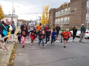 Kids Mile Race Begins in front of the Hudson Area Library in Hudson NY