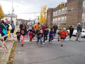 Start of Kid's 1 Mile Race - Ghostly Gallop 2010 Hudson Area Library Hudson NY