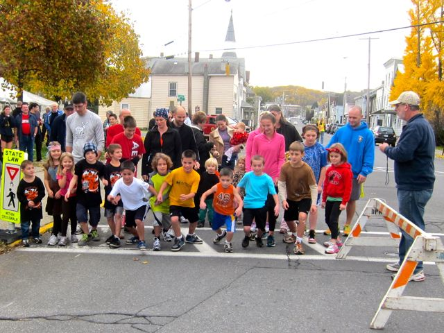 2012 GhostlyGallop Hudson Area Library Hudson Ny Kids One Mile start